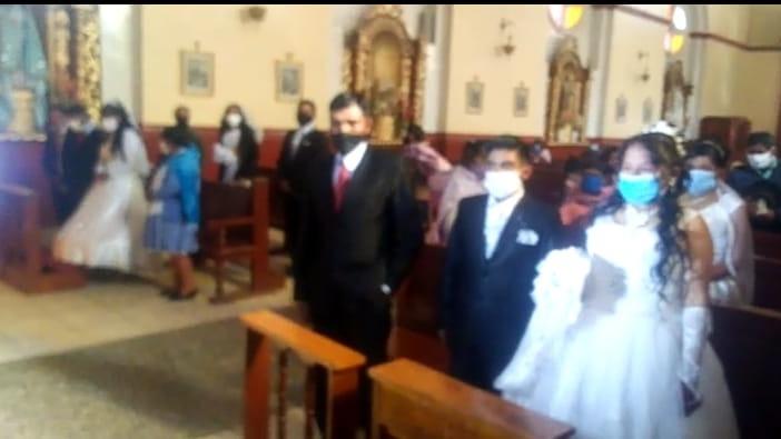 Momento en que dirigente sindical ingresa a iglesia para pedir que se suspenda ceremonia religiosa.