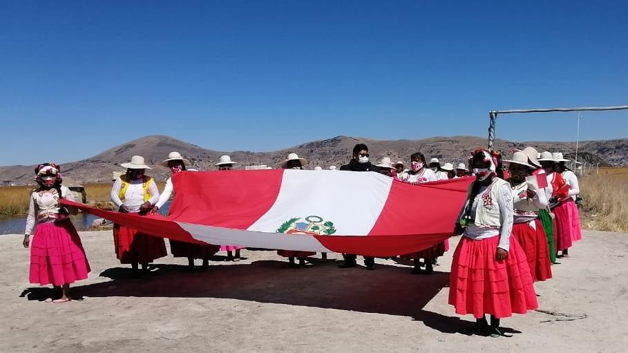 Más de cincuenta mujeres artesanas de Los Uros se concentraron en una de las islas para desfilar por Fiestas Patrias.