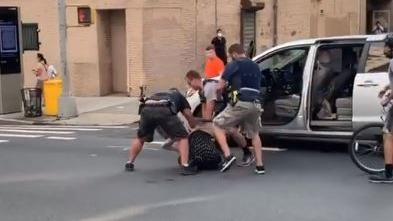 En un comunicado, la Policía señaló que la mujer estaba siendo buscada por dañar cámaras policiales.