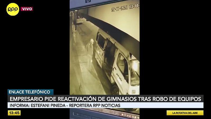 Los bandidos usaron una combi y un mototaxi para llevarse los artículos robados.