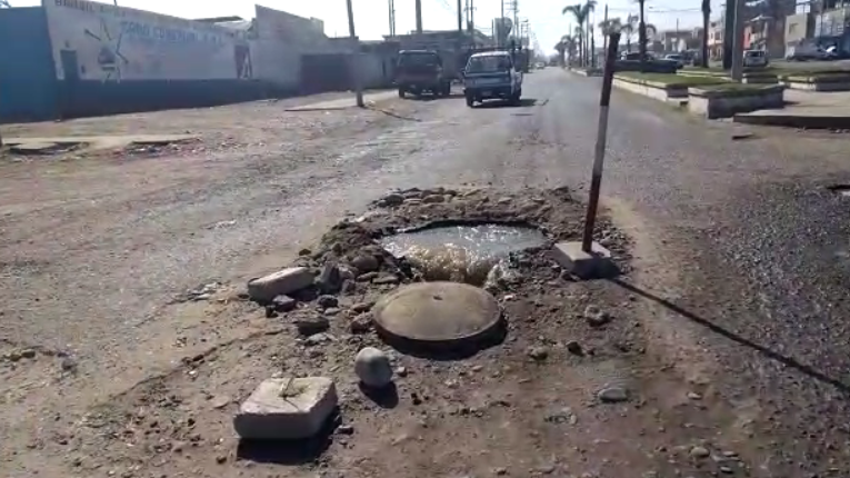 Chóferes reportaron buzón abierto del cual emanan aguas servidas en plena avenida Industrial de Tacna.