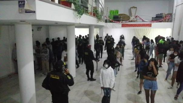 Los menores de edad formaron filas al interior del local, tras ser intervenidos por la Policía.