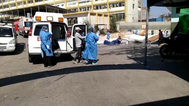 Las ambulancias tienen que hacer cola para dejar los pacientes en el hospital Unanue de Tacna.