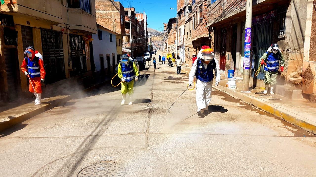 Brigadas de desinfección recorrieron las diferentes calles de la ciudad.