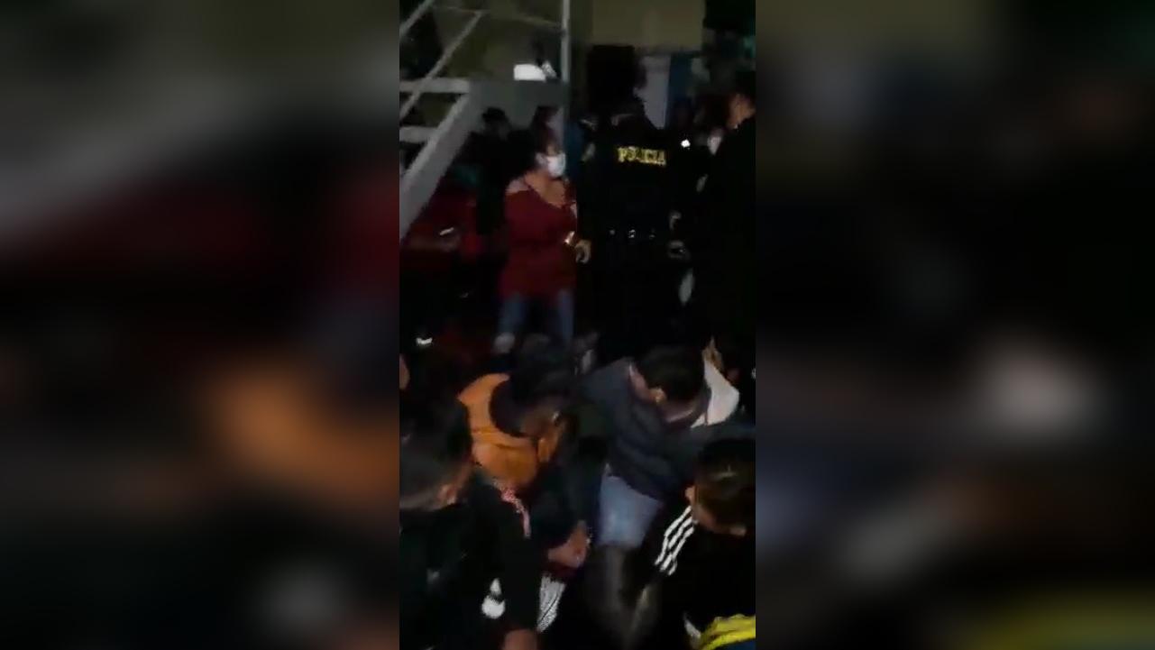 La Policía ingresó al inmueble y encontró gran cantidad de personas que bebían y bailaban en pleno horario de toque de queda.