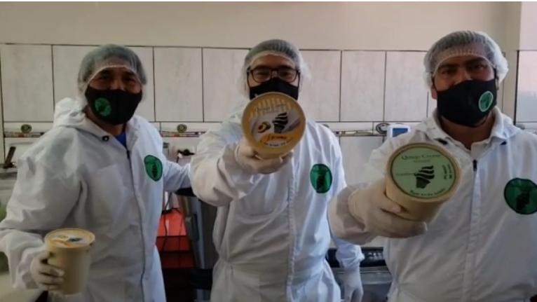 Guías de turismo producen helados artesanales para hacer frente a la pandemia.