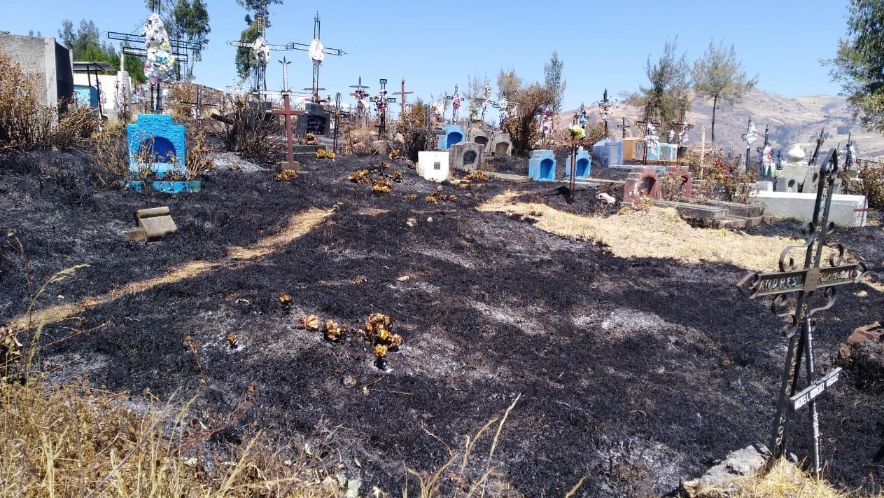 El fuego avanzó rápidamente por el campo santo debido a los fuertes vientos.