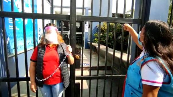 Una de las manifestantes se encadenó a las rejas de la institución para llamar la atención de las autoridades.