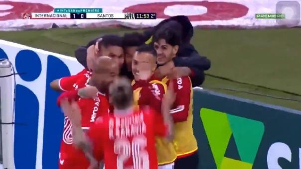 Paolo Guerrero marcó de cabeza ante Santos por el Brasileirao