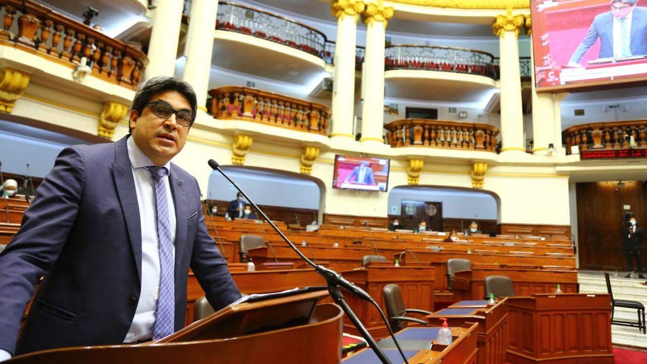 Ministro Martín Benavides se presentó ante el Congreso para responder preguntas.