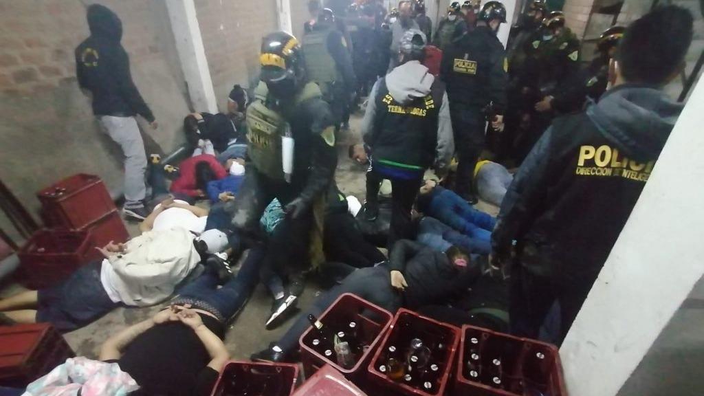 Desde la Policía informaron que tres de los detenidos tenían droga entre sus pertenencias.