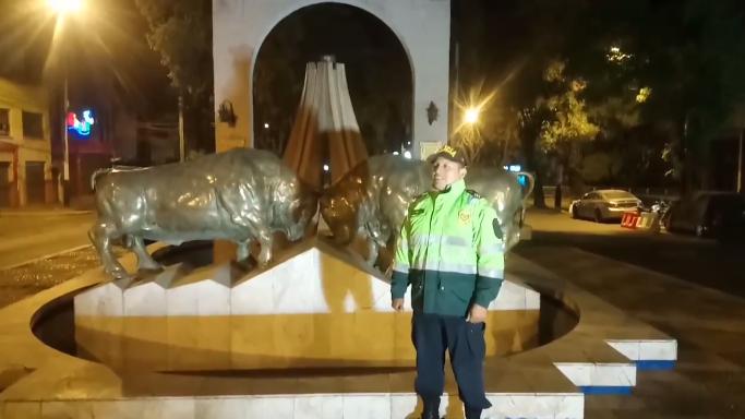 Policía cantó el himno de Arequipa para motivar a toda la población a seguir juntos para vender la pandemia de la COVID-19.