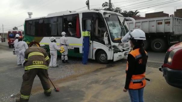 Según testigos, ambas unidades iban a excesiva velocidad, lo que habría ocasionado el accidente y que un tercer vehículo colisione contra uno de ellos.