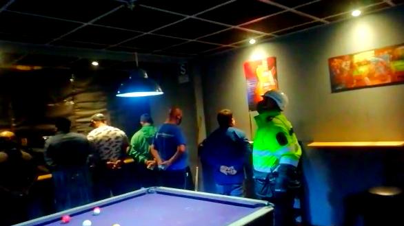 Hombres y  mujeres de alrededor de 30 años fueron intervenidos por la policía en un bar/billar en San Martín de Porres.
