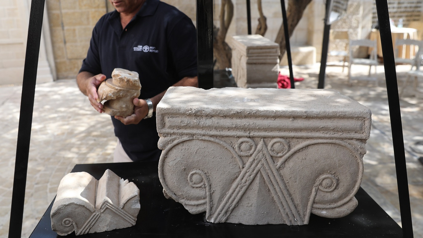 Los hallazgos son objetos de piedra caliza blanda con grabados decorativos, entre los que hay capiteles de distintos tamaños y estilo