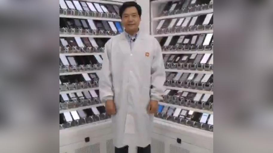 Lei Jun muestra el laboratorio de Xiaomi.