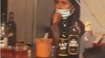 A pesar que los asistentes dijeron que no estaban bebiendo, había una encargada del bar y botellas de licor.
