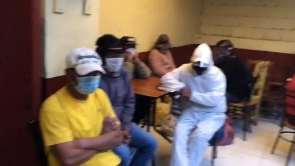Imágenes de una intervención policial en una chichería en Cusco,  en la que había más de una decena de personas.