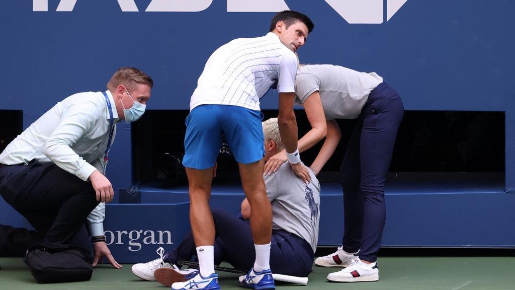 El preciso momento que Novak Djokovic tira la pelota