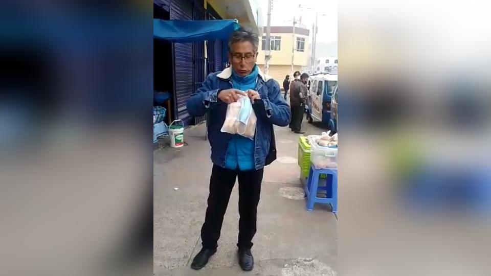 La primera vez que Bernabé Huallpa fue visto en la calle sin utilizar mascarilla, un agente de la municipalidad del lugar le increpó por su mala actitud.