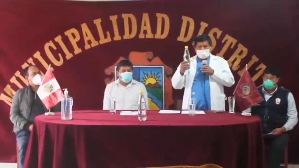 Amílcar Huancahuari, el 12 de junio, presentando el dióxido de cloro como