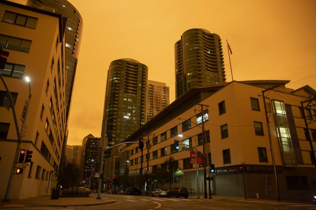 A medida que el humo se vuelve espeso en algunas áreas, bloquea la luz solar y oscurece los cielos, explicaron los funcionarios.