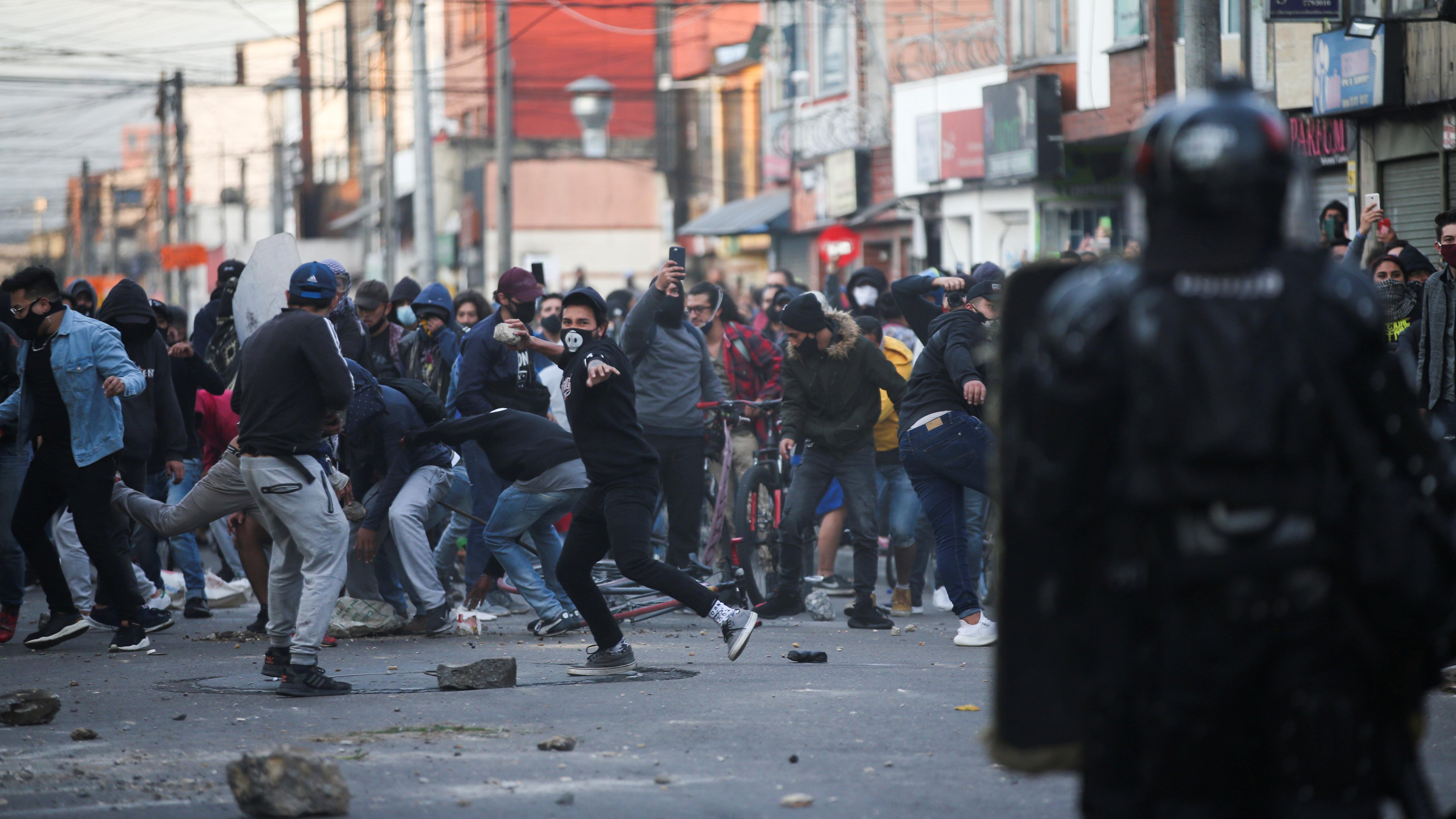 Los enfrentamientos entre los uniformados y los manifestantes se prolongaron hasta bien entrada la noche no solo en Bogotá sino también en otras ciudades como Cali y Medellín.