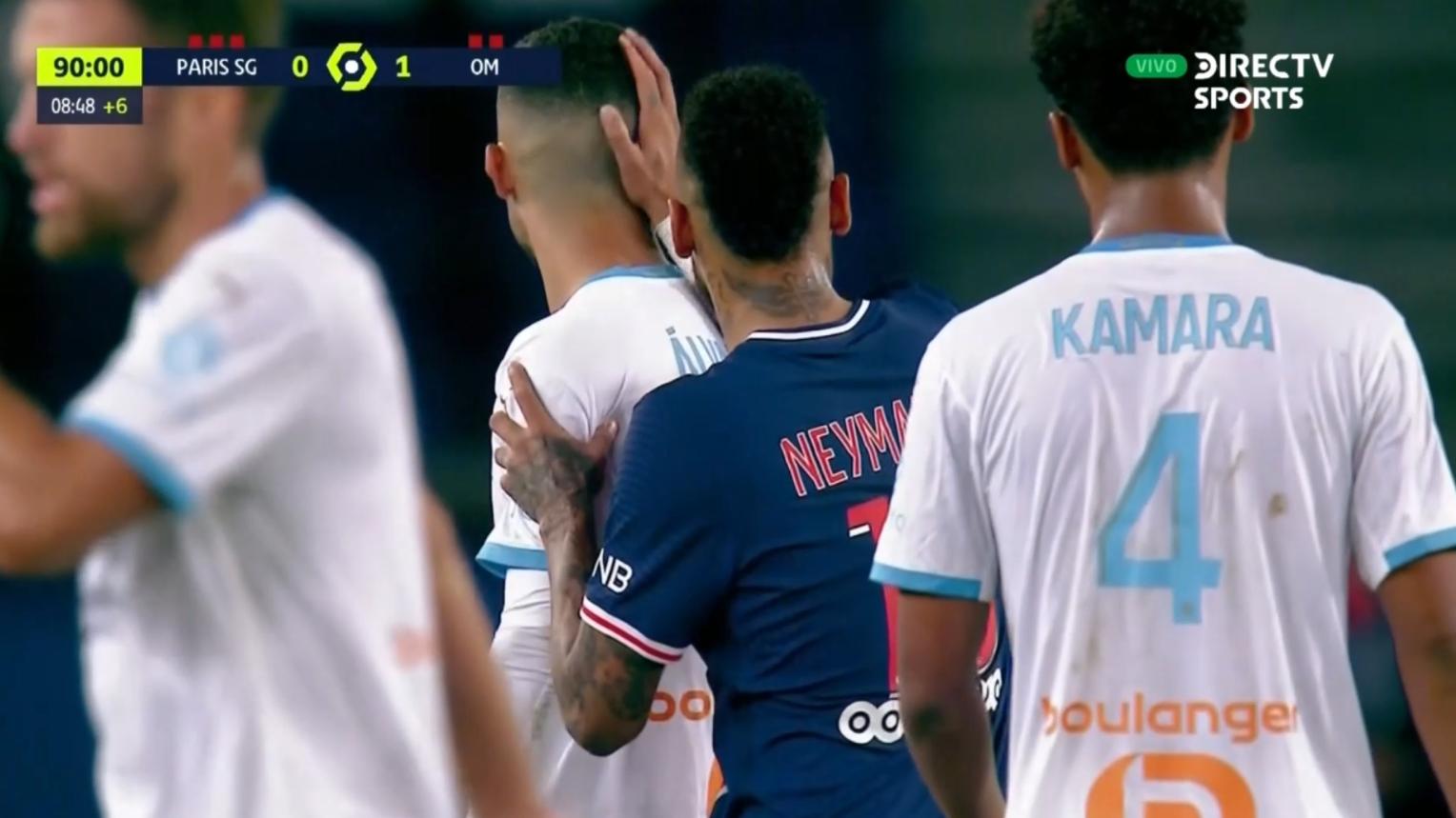 Preciso instante que Neymar le da un palmazo en la cabeza a Álvaro González