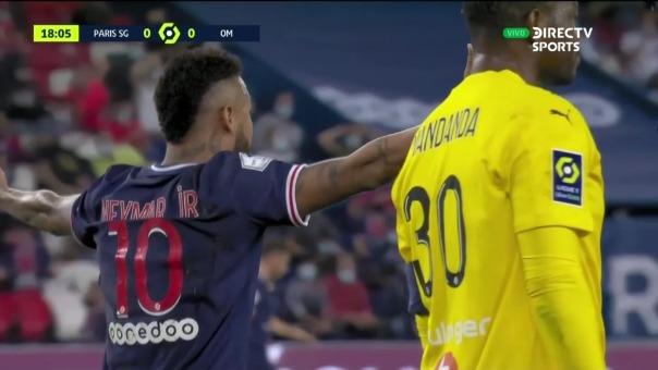 Neymar reclama falta dentro del área