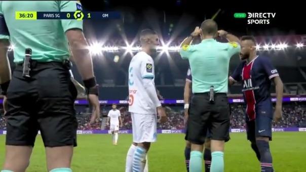 Cruce entre Di María y Álvaro González. Neymar se mete a defender