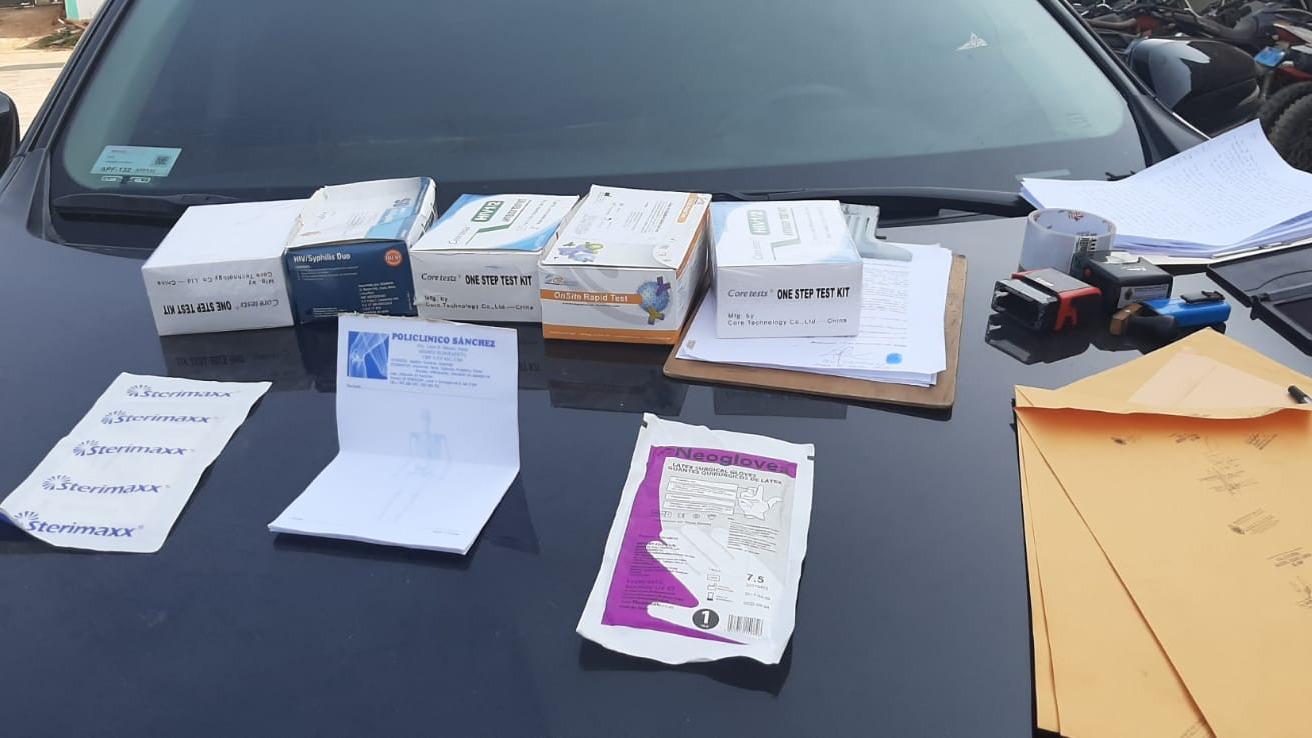 La Fiscalía halló pruebas rápidas de enfermedades venéreas en el vehículo del médico.