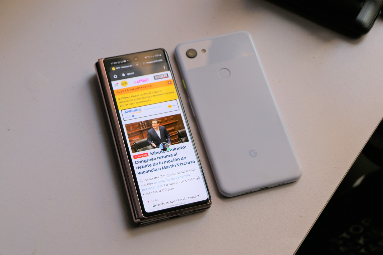 Así luce el Z Fold 2 frente al Pixel 3A XL de Google
