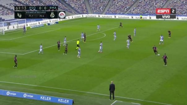 El arquero de Real Sociedad le tapa un disparo a Karim Benzema