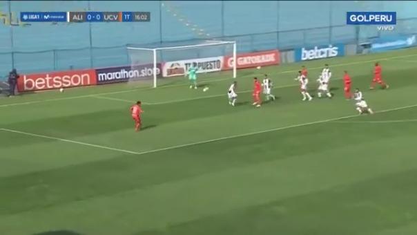 Yorley Mena casi abre el marcador ante Alianza Lima.