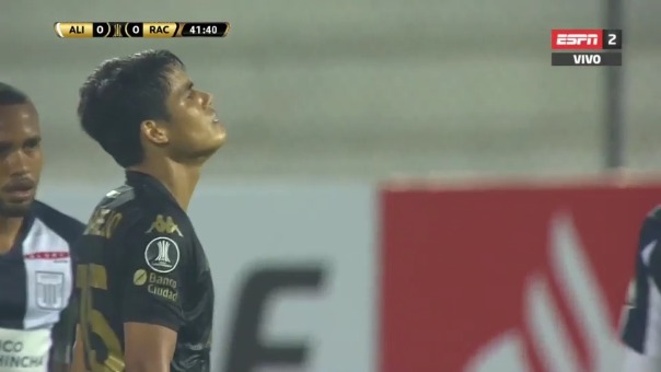 Melgarejo intentó de larga distancia en partido ante Alianza Lima.
