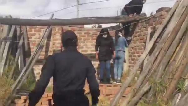 Video muestran como los agentes tuvieron que correr, para detener a los trabajadores.