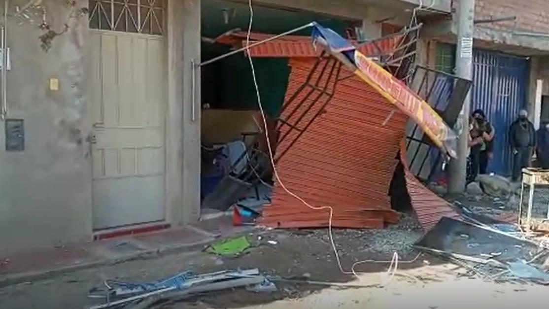 La vivienda de tres pisos quedó destrozada.