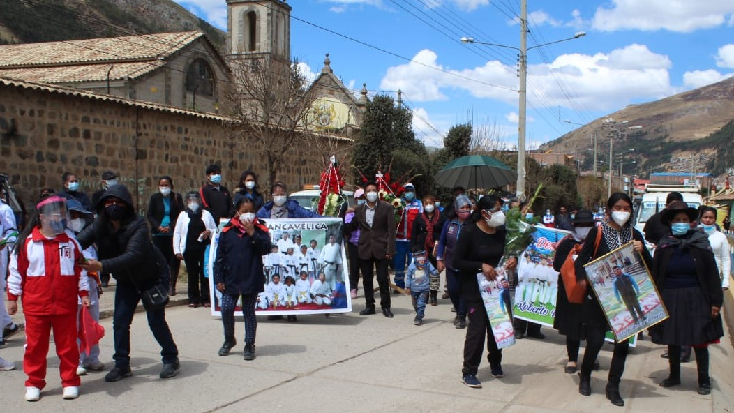 La familia, alumnos y colegas participaron del cortejo fúnebre.