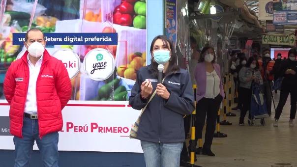 Patricia Donayre junto al presidente del Consejo de Ministros, Walter Martos, durante el lanzamiento del piloto del uso de las billeteras digitales BIM, Yape y Tunki, en el mercado San José del distrito de Jesús María.