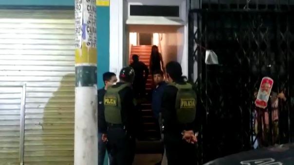 Las Policía fue alertada por vecinos quienes denunciaron la presencia de un grupo de personas en una reunión social.