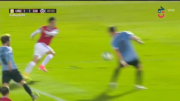 El árbitro no cobró una clara mano de Coates en los últimos minutos del Uruguay vs. Chile