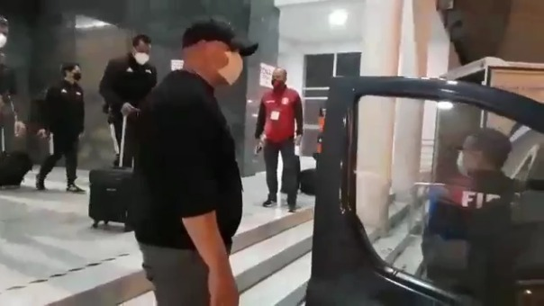 Así fue la salida de Julio Bascuñán del Estadio Nacional.