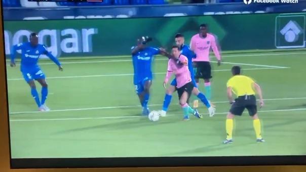 Codazo de Nyon a Lionel Messi