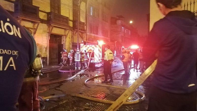 Los bomberos trabajaron durante la madrugada para controlar las llamas.