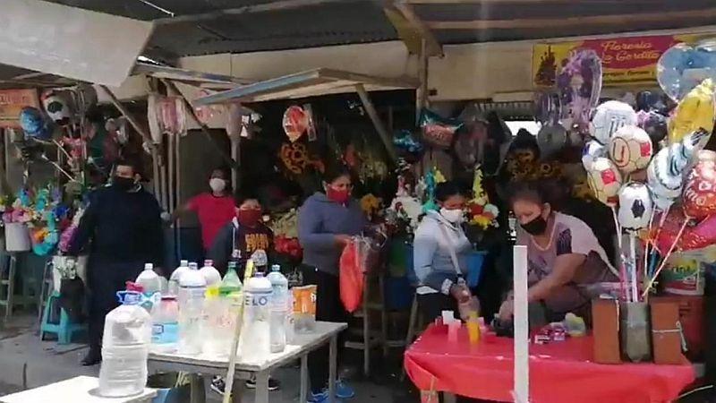 Del medio centenar de comerciantes de flores, actualmente solo siete están atendiendo.