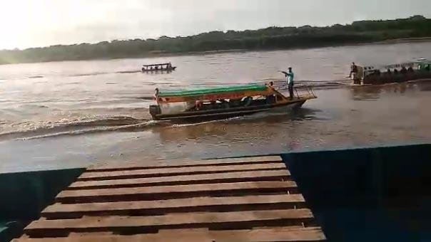 Uno de los ocupantes de la embarcación grabó el momento en que eran amenazados para que se detengan.