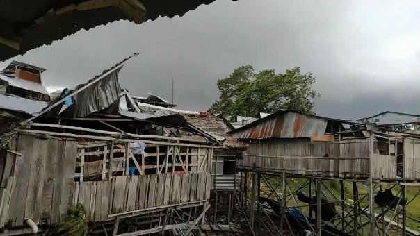 Los ciudadanos captaron desde diversos lugares cómo los fuertes vientos levantaron los techos de las viviendas.
