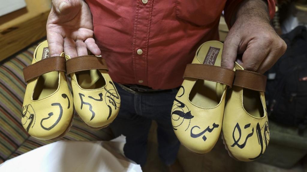 Esta semana, Mohammed, que posee una tienda en Ramala, ha ampliado su colección de zapatos con el nombre del presidente francés Emmanuel Macron.
