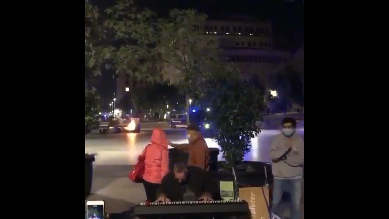 Hombre toca tranquilamente el piano en medio de protestas en Barcelona.