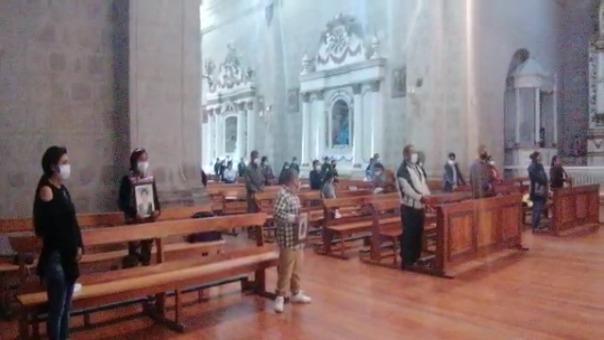 Los fieles católicos llegaron hasta la Catedral de Puno con coronas de flores que fueron colocadas en algunas bancas.